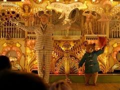 """《帕丁顿熊2》正片片段 英国两""""国宝""""对戏"""