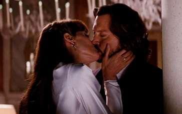 《致命伴旅》片段 朱莉主动献吻德普闭眼享受
