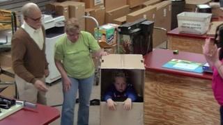 快递箱子竟然装着孙子 吓呆工作人员