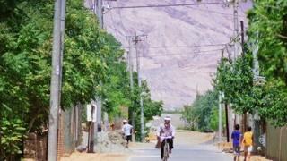 新疆的葡萄看起来真好吃 那么火焰山到底缺不缺水呢?!