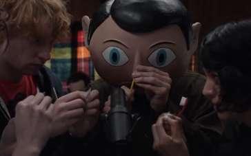 《弗兰克》精彩片段 大头弗兰克向众人展示才能