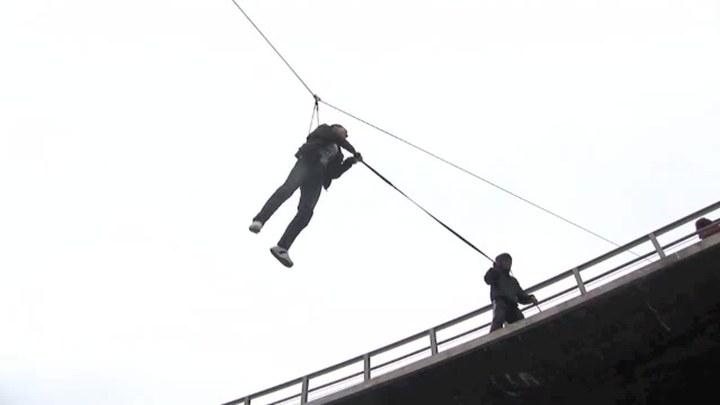 痞子英雄之全面开战 花絮6:英雄跳桥侧拍