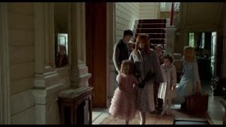 佩小姐知道巴伦的意图 她把孩子们聚集在一个客厅里面