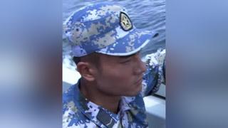 新兵流落孤岛做买卖,八十的自助烤鱼大家抢着吃 #火蓝刀锋  #杨志刚