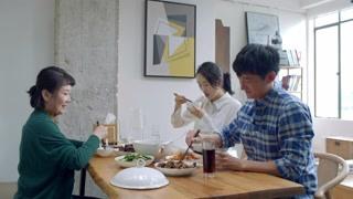 《谁说我结不了婚》李姐很快做了一大桌子菜 程璐对李姐的厨艺赞不绝口
