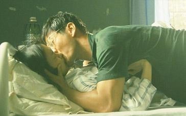 《中国合伙人》片段 湿身黄晓明病床扑倒杜鹃狂亲