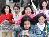 《阳光姐妹淘》片段:在警民混战中撕逼,好野的韩国学生妹!