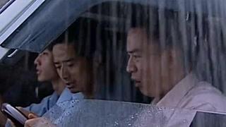 大暴雨袭击了整个村子!男子居然带着兄弟雨中下车?