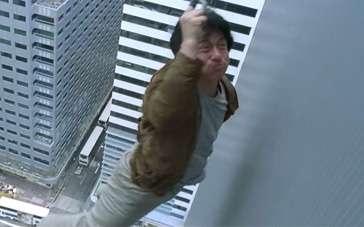 《新警察故事》片段 成龙拼命追歹徒对抗地球引力