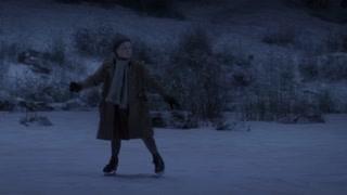 孩子们在结冰的河面滑冰   冰面下有什么东西游过去了