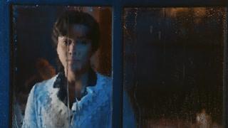 曼璐看着窗外流泪