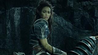 麦迪文使用魔法拯救了人类部队 但是因为自己过量使用魔法晕倒