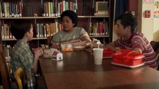 《小谢尔顿》乔治在学校偷窥谢尔顿谈恋爱 老父亲心思可真多