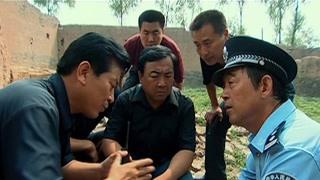 《惊天动地》警察讨论进入房间的方法 要不惊动罪犯