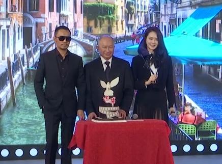 《追捕》定档11月24日 戚薇不惧露疤称吴宇森暖男