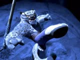 《功夫熊猫》片段:雪豹太郎超炫酷越狱,飞檐走壁横扫犀牛大军