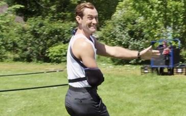 《间谍》幕后拍摄直击 裘德·洛穿着背心片场耍宝
