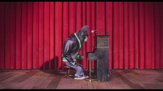 强尼舞台上激情演奏