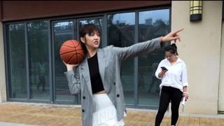 """秦明明当""""戏精""""看到篮球时"""