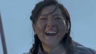《雪地娘子军》鲜红的娘子军旗帜在雪地上飘扬  娘子军好样的