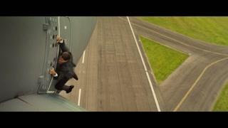 惊险一刻 阿汤哥吊在飞机上?