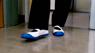 卧底进学校被逼穿校内鞋