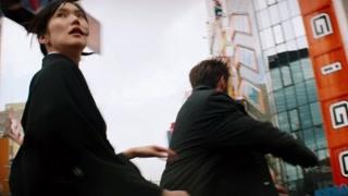 狼叔东京街头上演逃亡戏码 拍这一段真的太耗体力了