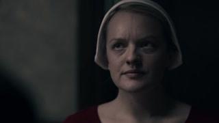 《使女的故事2》沃特福德拄着拐杖从车里出来了  瑟琳娜让琼下来迎接丈夫