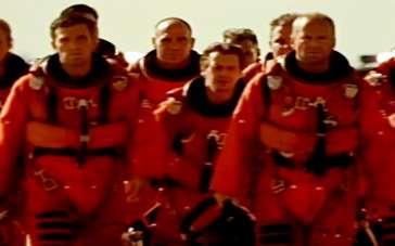 《世界末日》预告片 钻井工摧毁陨石拯救地球安危