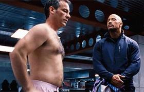 【速度与激情6】看点 土豪强森调戏职员上演脱衣秀裸奔