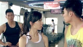 《爱情公寓3》曾小贤想当一菲的陪练 先劈个叉看看
