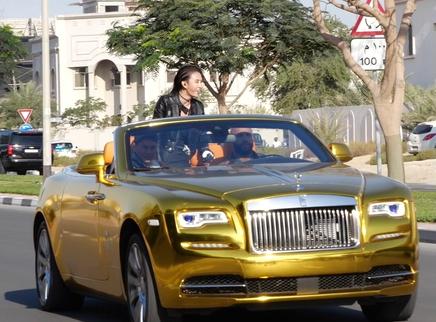《急先锋》7辆黄金跑车成龙直呼震撼 8亿美金迪拜街头漂移竞速