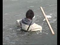 老大的幸福之花絮-范伟跌落冰湖