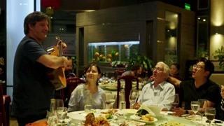 阿根廷食客们在餐馆深情歌唱