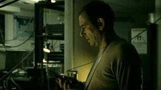 海克特误闯实验室 用对讲机求救