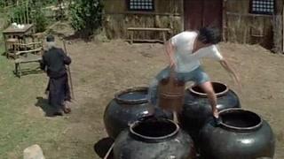 苏乞儿训练黄飞鸿倒水 黄飞鸿不服反把师父倒进水缸