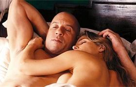 【速度与激情6】看点 性感锤嫂床上慵懒缠绵迪塞尔