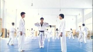 男孩在跆拳道馆与学员对练   这脚下功夫可以啊