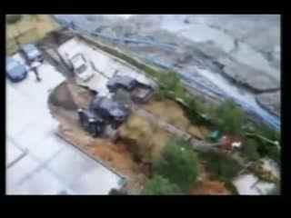 突发地陷坍塌 八辆轿车地陷全过程-如同电影《2012》上演