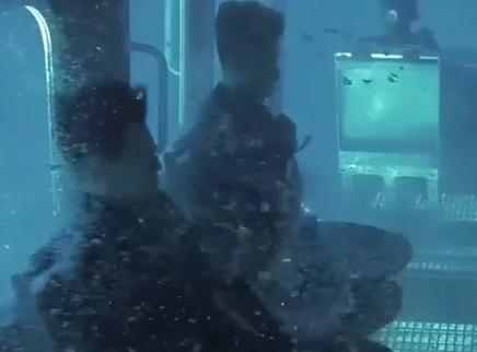 """《紧急救援》""""模拟舱""""特辑 救援队克服恐惧接受水下360度旋转训练"""