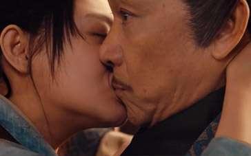《剑雨》片段 大S露背强吻王学圻惊现下体玄机