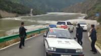西藏雅鲁藏布江堰塞湖现场惊险一幕 工作人员刚撤离大桥就被冲毁