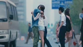 陈思诚佟丽娅在街头甜蜜拥抱  奔跑着穿越人潮来拥抱你