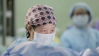 何代荣的手术就要开始了 尹万红也准时守候在了手术室