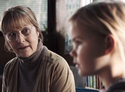 丹麦影片《狩猎》中文片段 女孩遭盘问低头少语