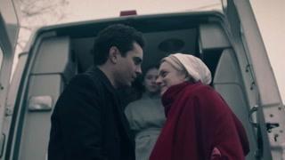 《使女的故事2》救护车将琼送回沃特福德家中  闻讯赶来的尼克小心翼翼的将琼搀扶下车