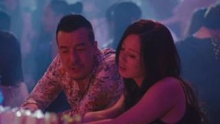 女子酒吧买醉被男子搭讪  怎么还比起身上的味儿来了