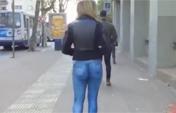 模特穿着彩绘牛仔裤上街