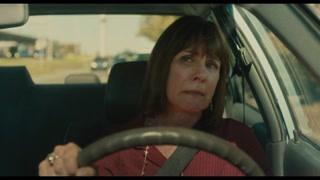 母亲送走伯德小姐后在回家的路上伤心哭泣