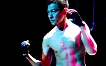 《富春》曝光刘德华花絮视频 天王片场赤裸秀肌肉